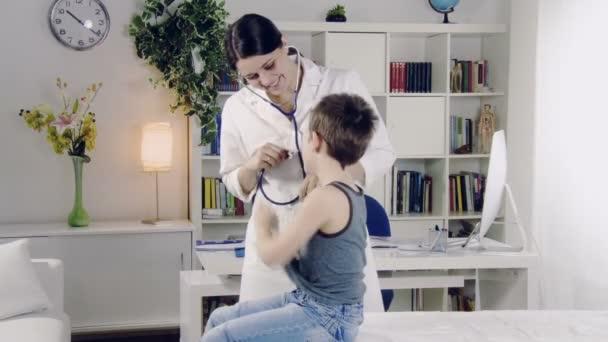 Chlapec hrát s stetoskop