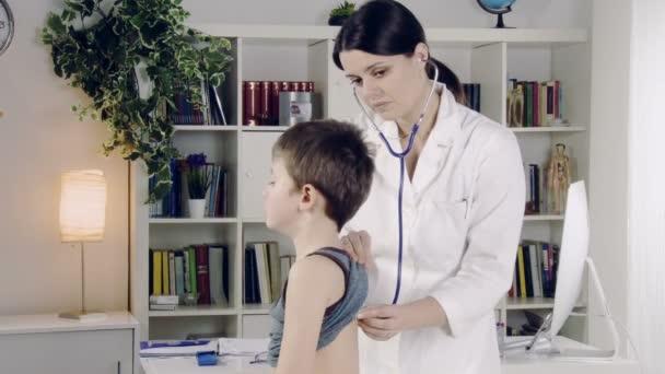 Ärztin und Kind