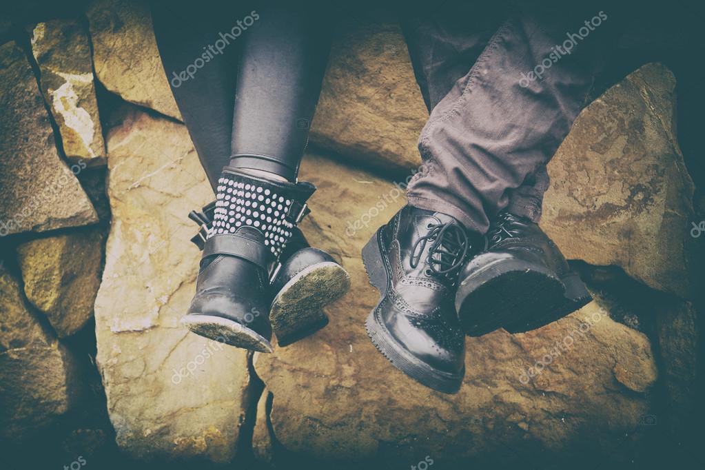 Portrait de deux deux deux couple des pieds avec des chaussures dans l'amour f2d505