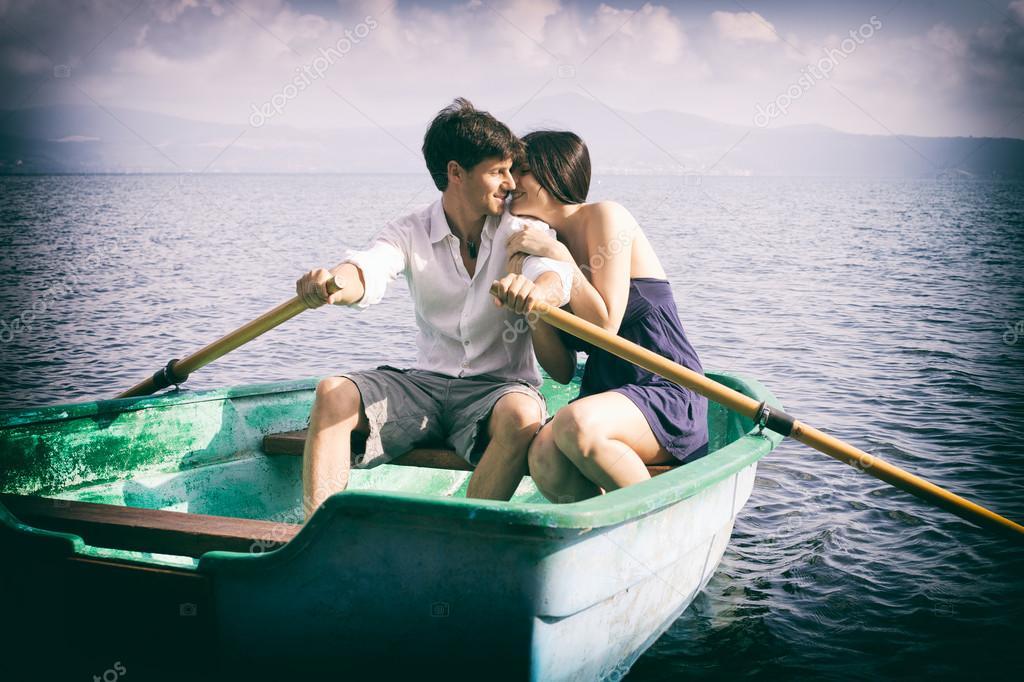 Pareja De Enamorados, Abrazos De Barco En Vacaciones
