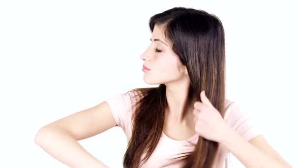 žena česání dlouhé vlasy