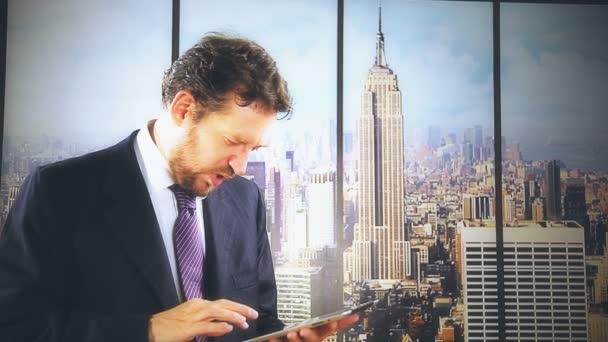 muži, kteří pracují s digitálním tabletu