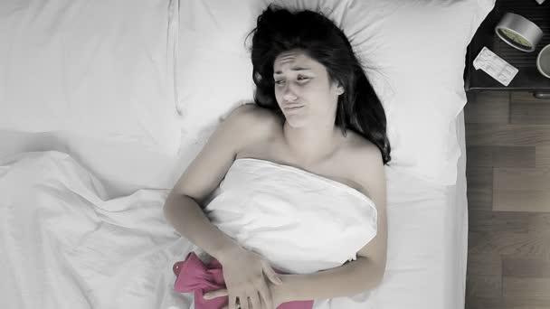 Frau schreiend im Bett liegend