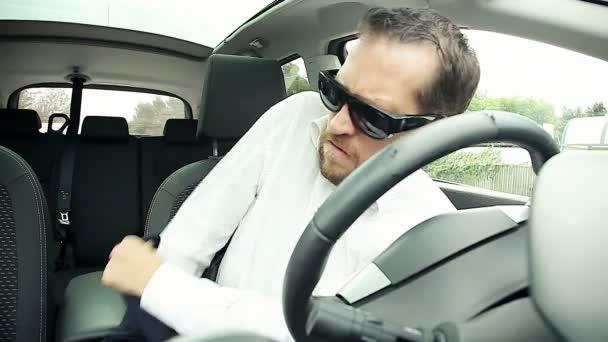 4e025992d4172 Homme attache de ceinture de sécurité en voiture– séquence vidéo