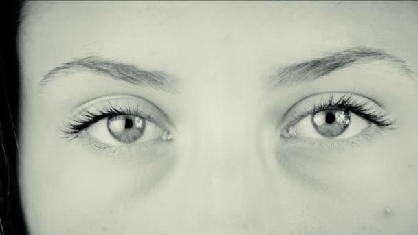 mladá žena při pohledu na fotoaparát
