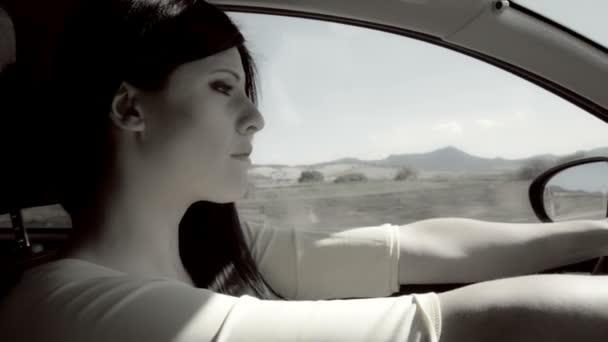 Desaturated žena pláče zoufalá při řízení auta