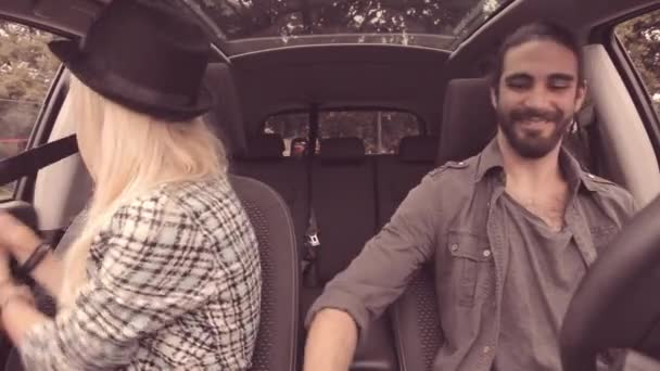 8beae055d7886 Couple de jeunes hipster démarrer voiture mettre la ceinture de sécurité– séquence  vidéo