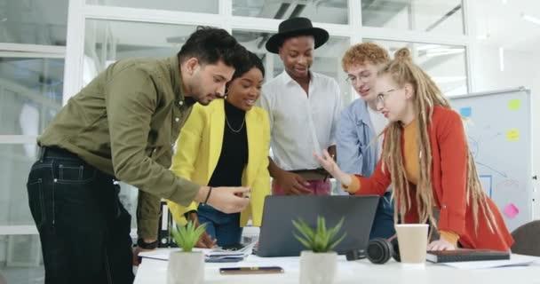 Jószívű, magabiztos, pozitív tapasztalattal rendelkező, többnemzetiségű férfi és női kollégák, akik a közös projekt befejezése után pacsiznak egymással, elölnézet