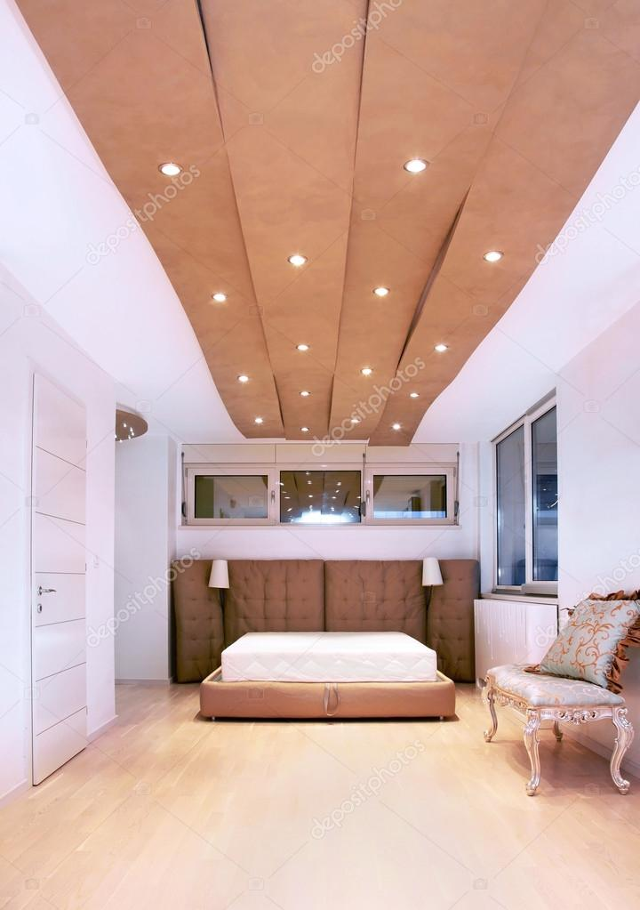 Hoog plafond slaapkamer — Stockfoto © ttatty #122658168