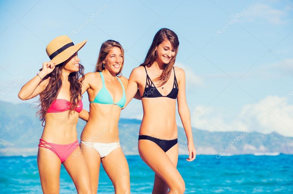 Фото группа девушек на пляже фото 383-293