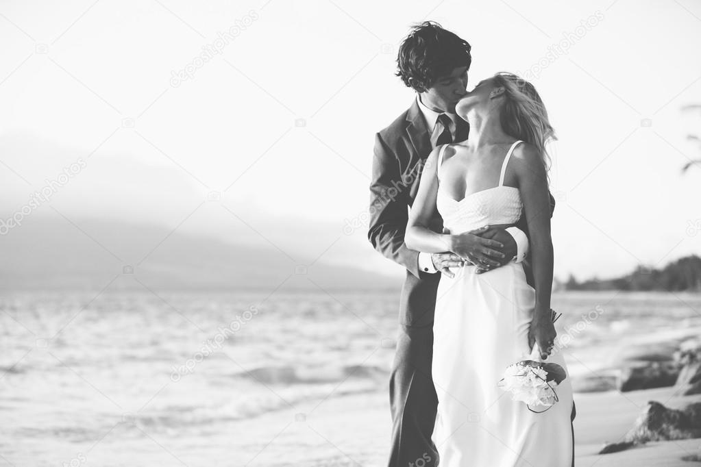 fotos novios en la playa novios besándose en la playa foto de