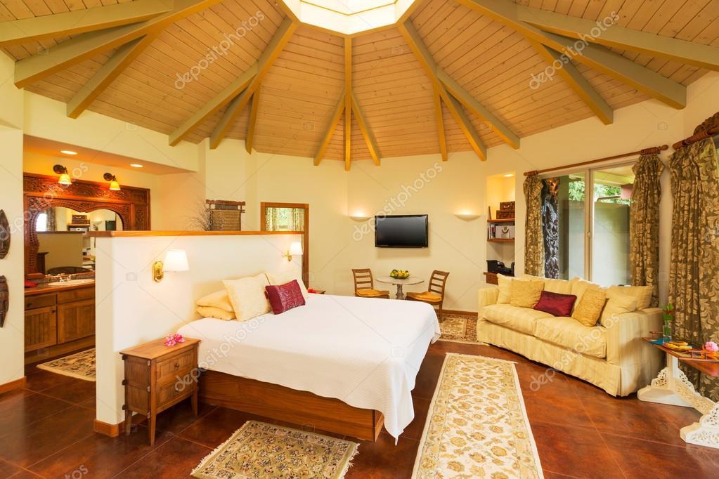 Camera da letto con pavimenti in parquet — Foto Stock ...