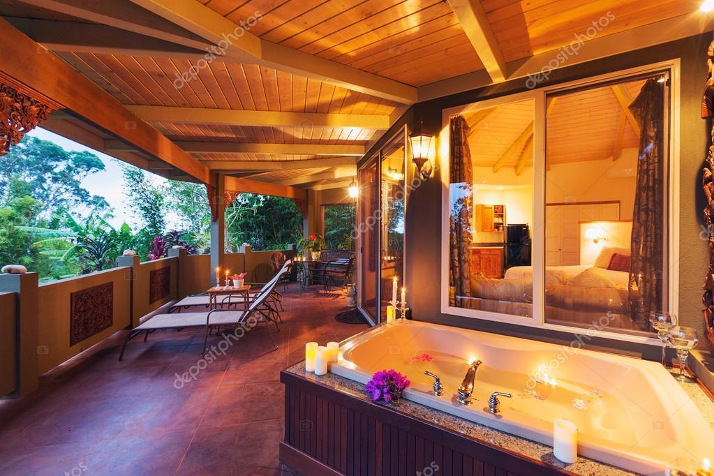 Vasca Da Bagno Romantica : Romantico ponte su tropical casa con vasca da bagno e candele