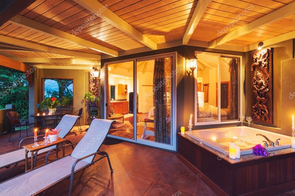 Camera Da Letto Romantica Con Candele : Romantico ponte su tropical casa con vasca da bagno e candele