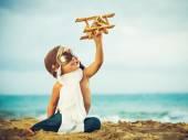 Kleiner Junge und Spielzeug Flugzeug