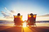 Odchod do důchodu koncept dovolenou, zralé kupé pozorovat západ slunce