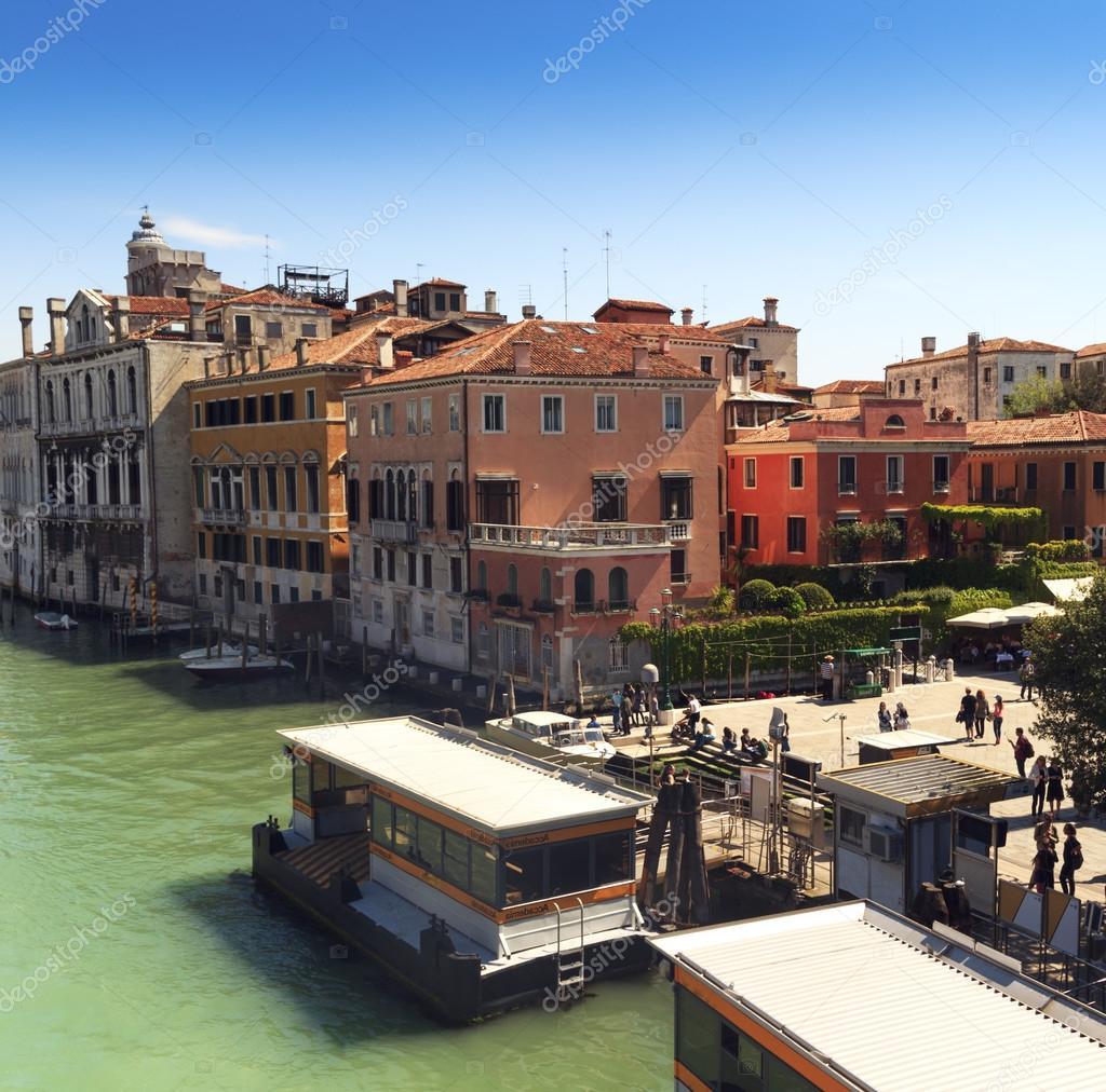ヴェネツィア大運河の美しい景色は。歴史的住宅、ゴンドラの伝統的なボート、カラフルな建物で晴れた日の風景です。風光明媚なイタリアの旅。欧州連合の有名な場所\u2013