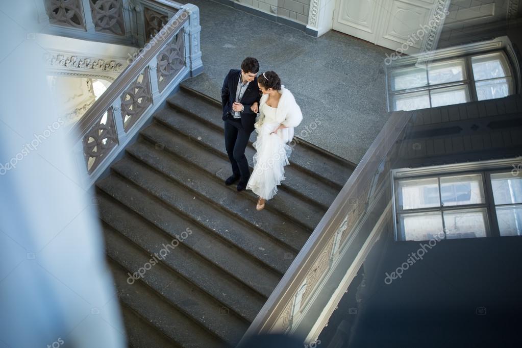 невеста в чулках спускается по лестнице того, эти