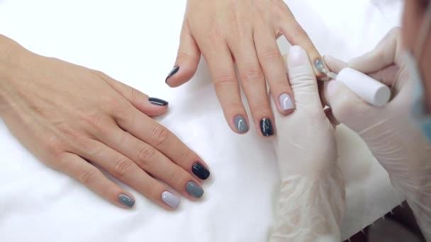 Mistr dostane nový nátěr šedý prsty na různých