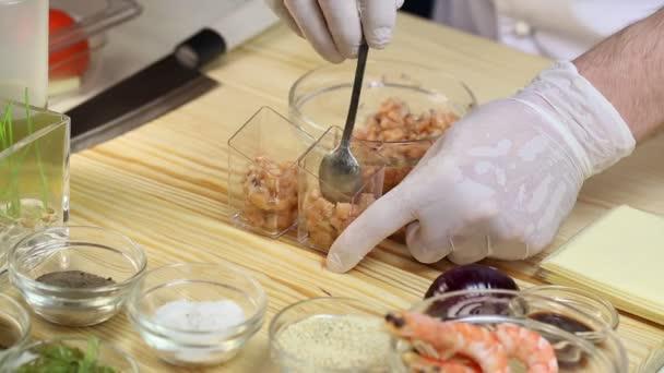 kuchař připravuje jednohubky
