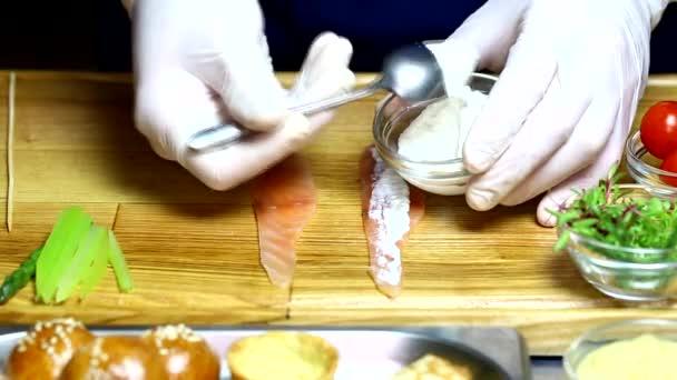 Šéfkuchař připravuje jednohubky