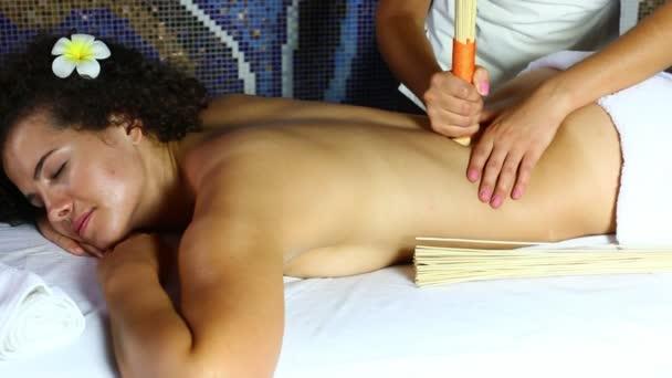 Masáž bambusovými tyčinkami
