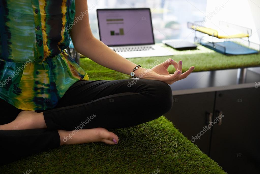 Posizione Scrivania Ufficio : Donna di affari che fa yoga meditazione sulla scrivania in ufficio