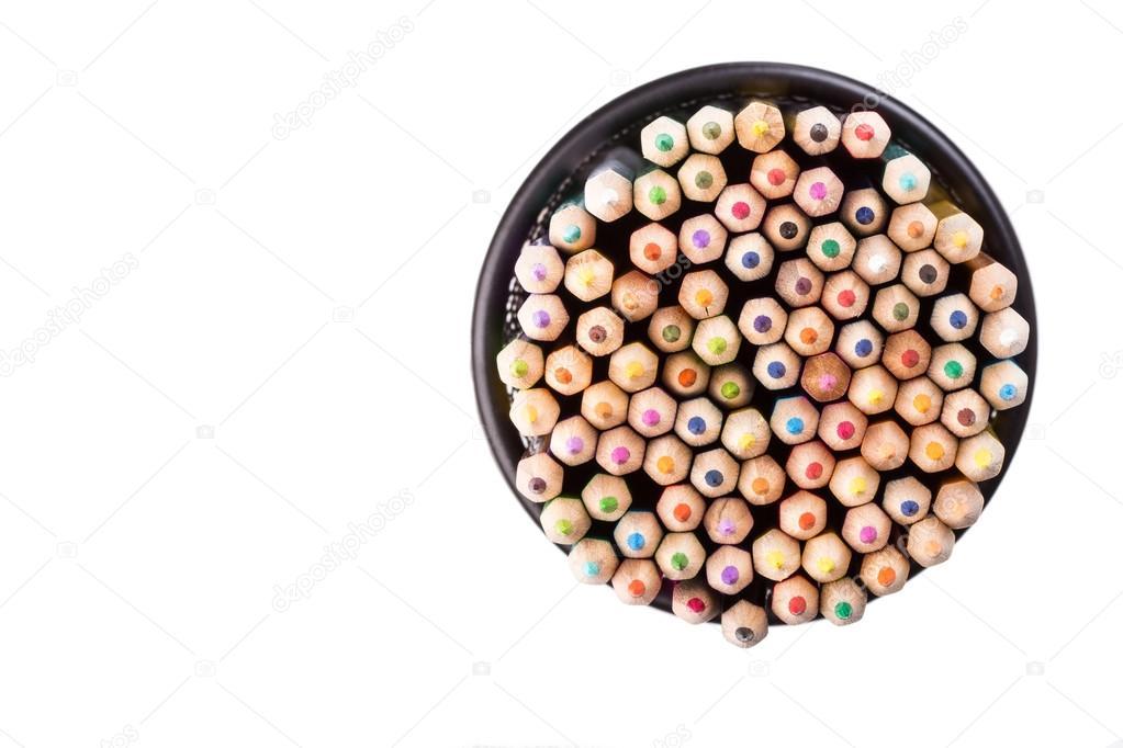 Ensemble de crayons de couleur dans une poubelle de bureau noir