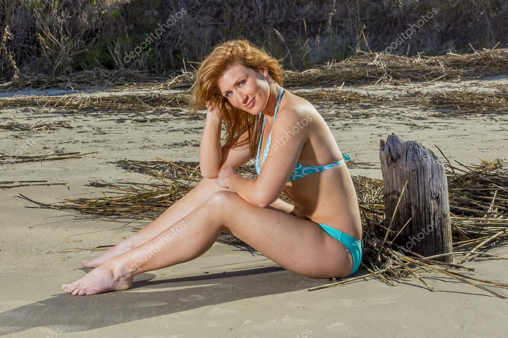 fadd7fd550ab Modelo de biquíni morena na praia — Fotografias de Stock ...