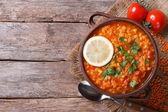 Červená čočková polévka s citronem horizontální pohled shora