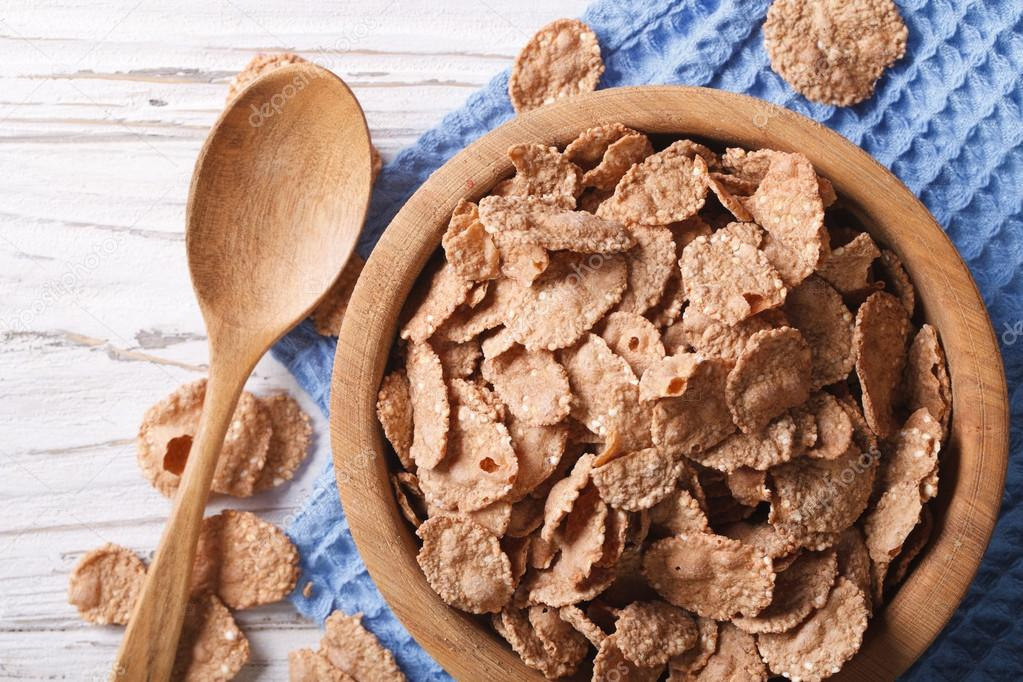 Copos de cereales en un taz n de madera closeup vista for Tazon cereales