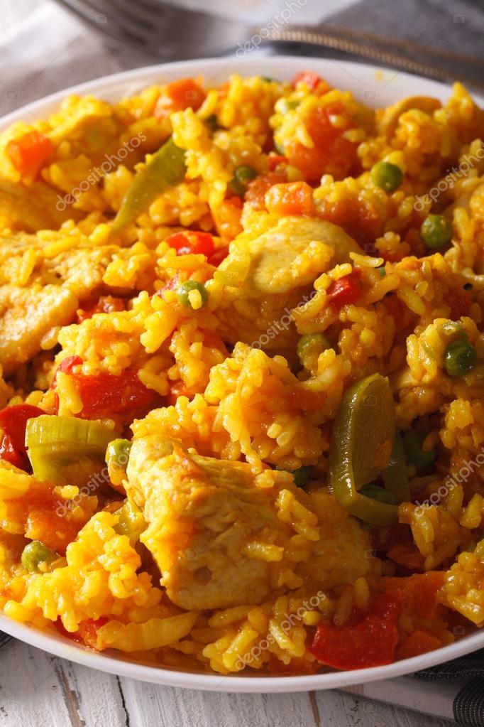 Arroz con Pollo - Reis mit Huhn in einer Schüssel Makro. Vertikal ...