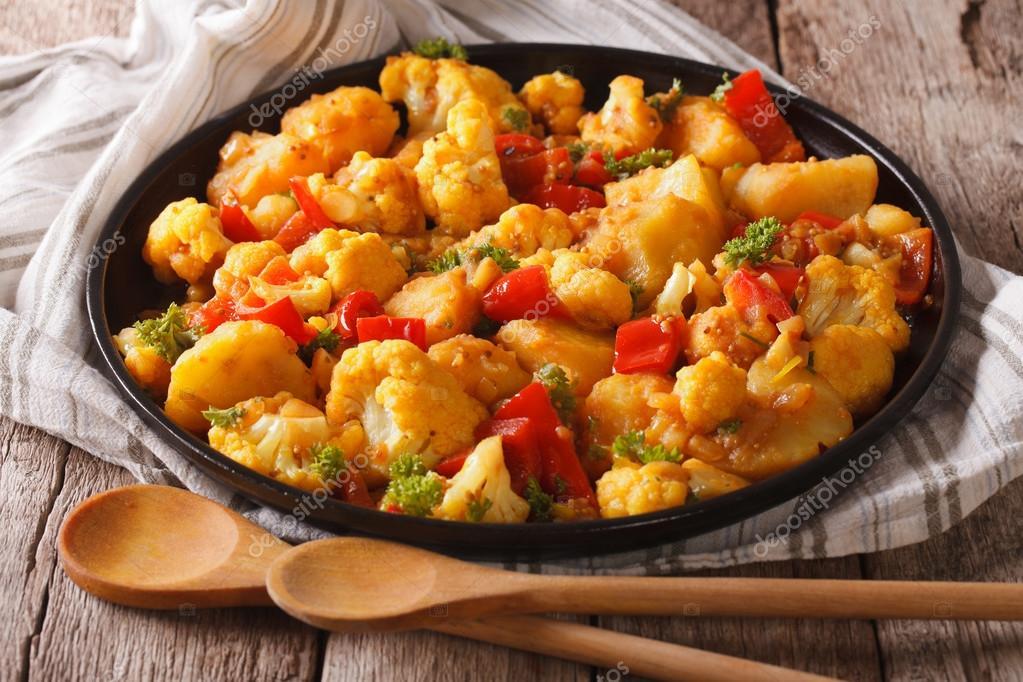 Indische Küche: vegetarisch Aloo Gobi Nahaufnahme auf dem Tisch ...