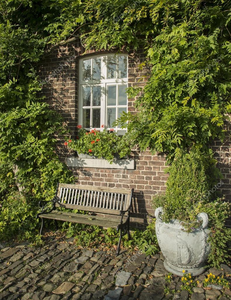 alter bauernhof mit gr nen pflanzen an der wand. Black Bedroom Furniture Sets. Home Design Ideas