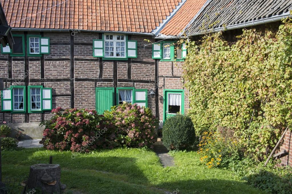 Bauernhof Mit Garten Und Alten Haus Grunen Fensterladen Und Blumen