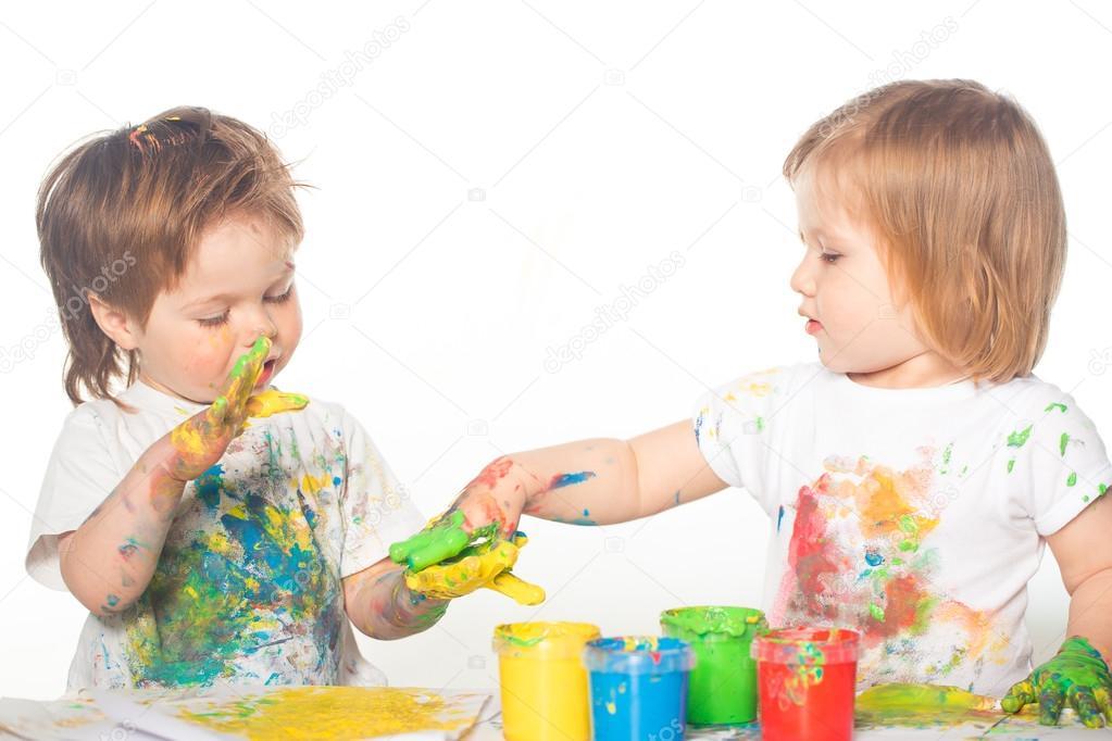 Kleine Jungen und Mädchen spielen mit Farben — Stockfoto ...
