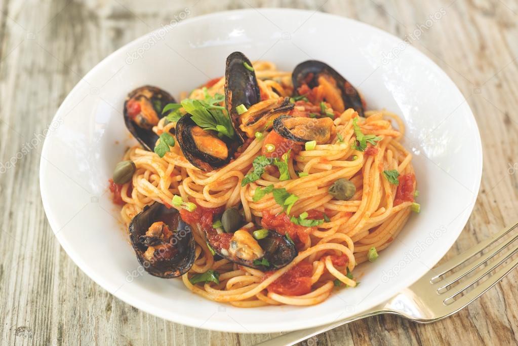 Mossel en tomaat spaghetti mediterrane keuken u stockfoto