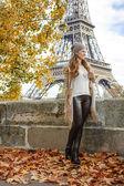 Fotografia Donna turistica sullargine vicino alla Torre Eiffel con escursione