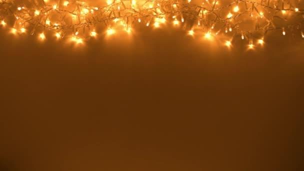Frohe Weihnachten. flach mit Weihnachtsbeleuchtung auf dunklem Hintergrund. Dieses Video wurde im Codec PRORes 422 aufgenommen.