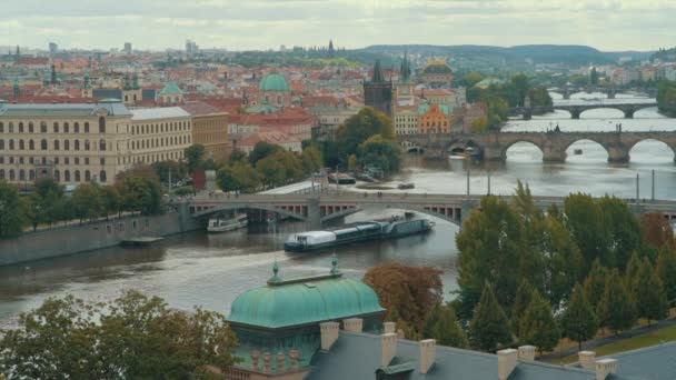 městská krajina Prahy, Česká republika s výhledem na Vltavu a Karlov nejvíce za oblačného podzimního dne. Toto video bylo pořízeno v kodeku PRORes 422.