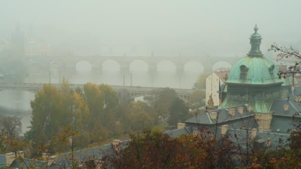 městská krajina Prahy, Česká republika s výhledem na Vltavu a Karlov nejvíce v mlhavém podzimním dni. Toto video bylo pořízeno v kodeku PRORes 422.
