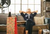 Uvolněné mladá žena s nákupní tašky v Loftový byt