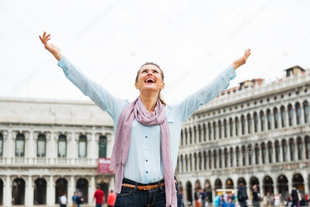 Mujer joven feliz alegría en san Plaza marco en Venecia, Italia ...