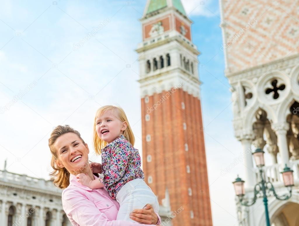 Feliz madre e hija en la Plaza de San Marcos en Venecia — Foto de ...