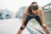 Portrét mladé ženy unavený fitness chytání dýchat