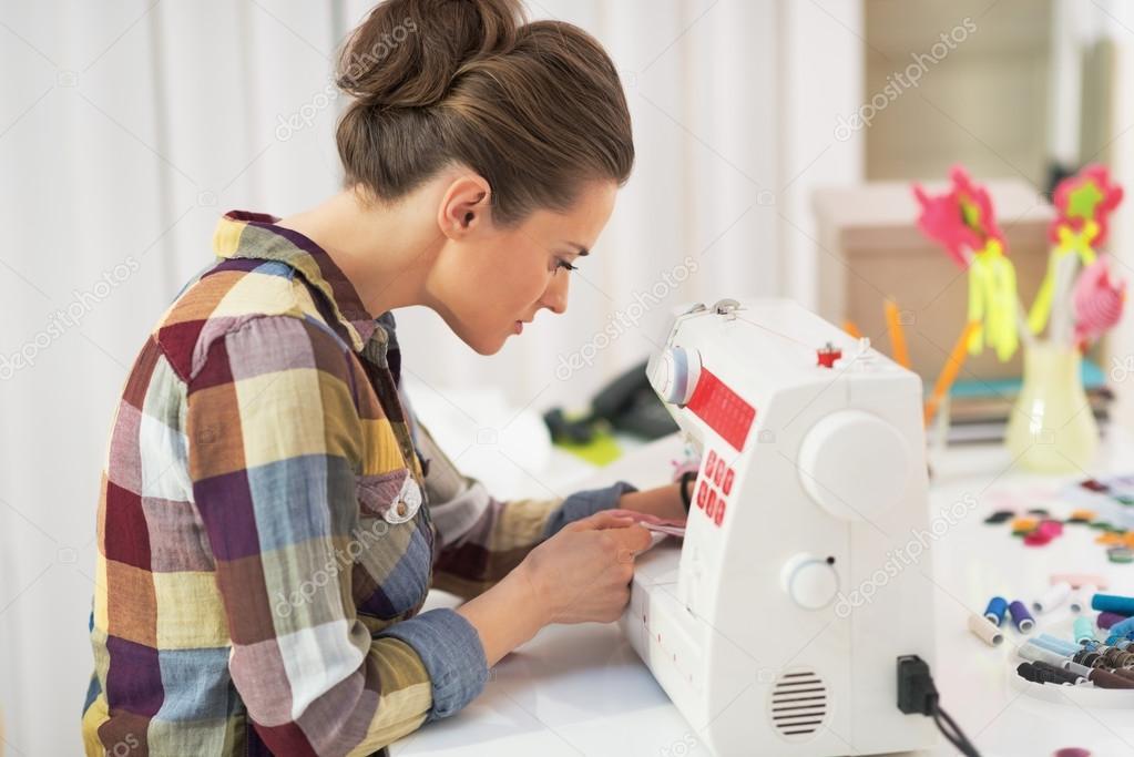 Sastre mujer trabajando con la máquina de coser — Fotos de Stock ...