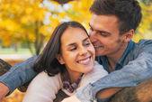 romantikus fiatal pár-kültéri őszén portréja