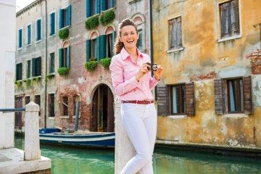 """Картина, постер, плакат, фотообои """"смеющаяся туристка в венеции держит камеру возле канала """", артикул 77721828"""