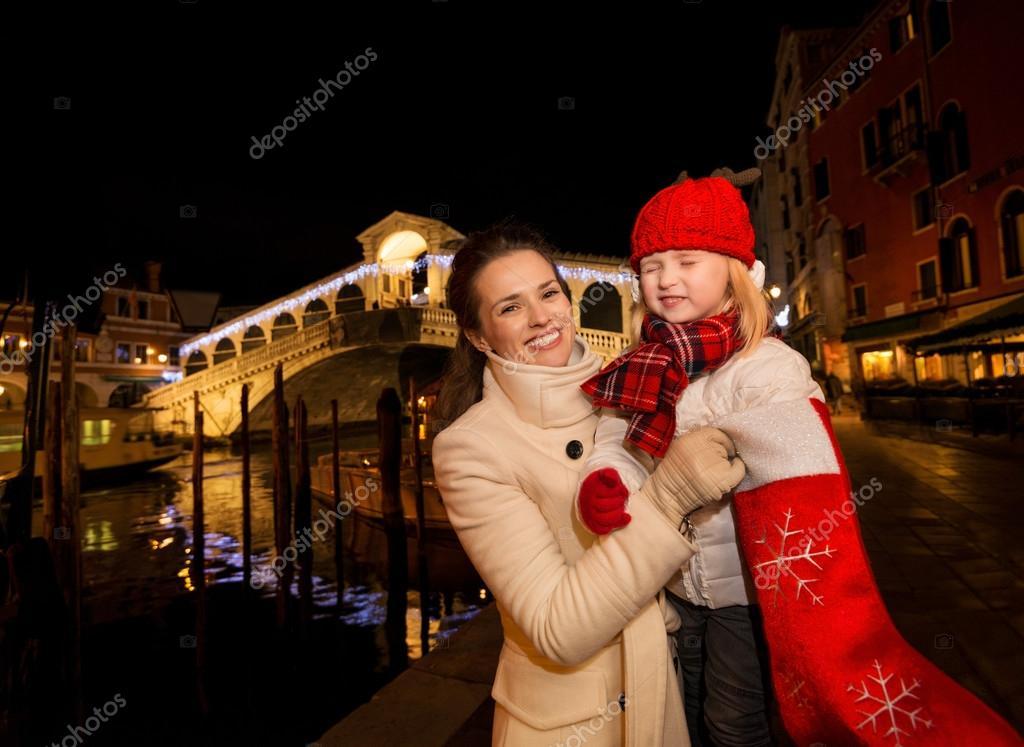 Mutter und Tochter ziehen Geschenk von Weihnachten Socke in Venedig ...