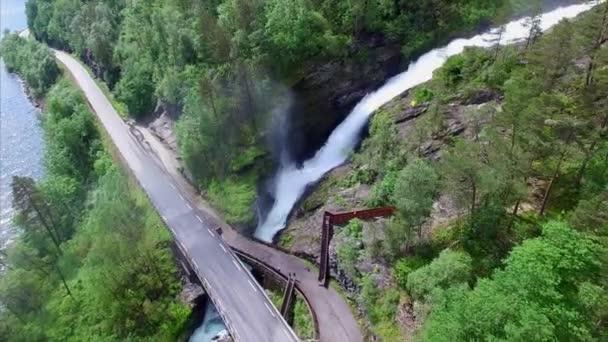 Masivní vodopád Svandalsfossen, procházející pod silnicí v Norsku